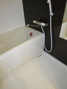 モダンな雰囲気のバスルーム