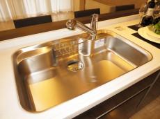 代官山マンション シンクの水栓は浄水器一体型