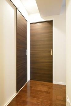 南平台セントラルハイツ 洋室と洗面室の扉