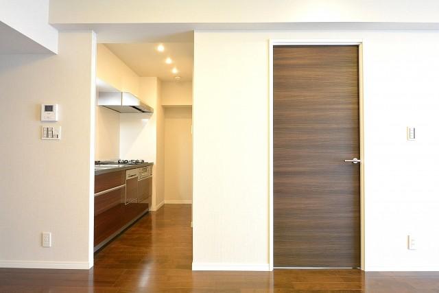 南平台セントラルハイツ キッチンと洋室の扉