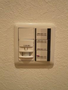 下落合南デュープレックス 玄関照明は人感センサー付