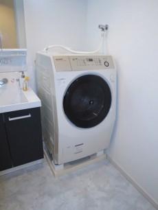 朝日落合マンション ドラム式洗濯機が設置されています