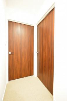 ヴァンヴェール南平台 ベッドルーム2部屋のドア