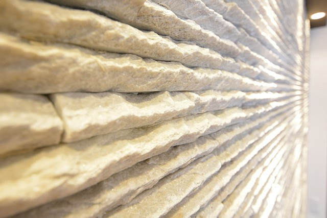 ボーン赤坂 石貼りのリビングの壁