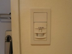 玄関照明は人感センサー付