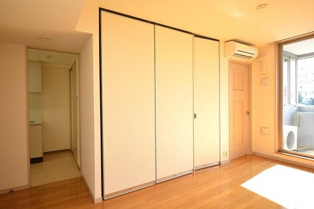 アールヴェール新宿弁天町 洋室の扉402