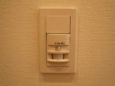 新宿パークサイド永谷 玄関照明は人感センサー付