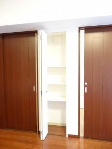クリオレジダンス大森イースト 洋室扉と収納