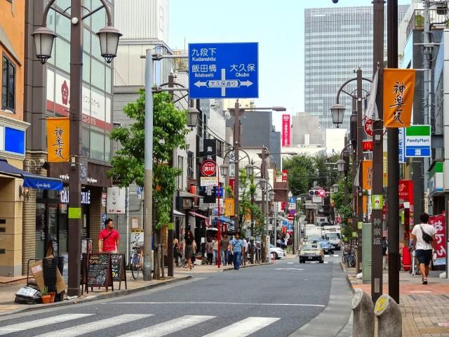 赤城神社・パークコート神楽坂 神楽坂通り