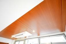 陽輪台松濤 30帖のリビングダイニング 天井
