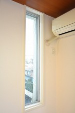 陽輪台松濤 6.7帖のベッドルーム 小窓