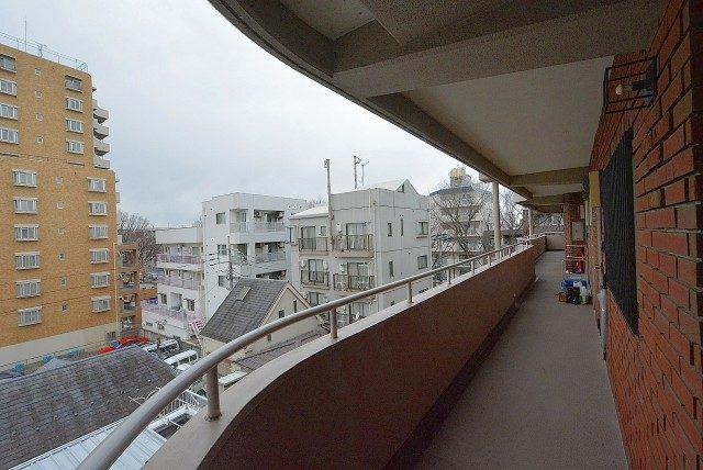 ライオンズマンション上北沢502号室 外廊下 (8)