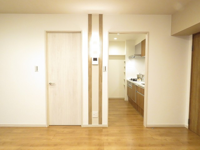 桔梗ハイツ一番町 洋室扉とキッチン出入口
