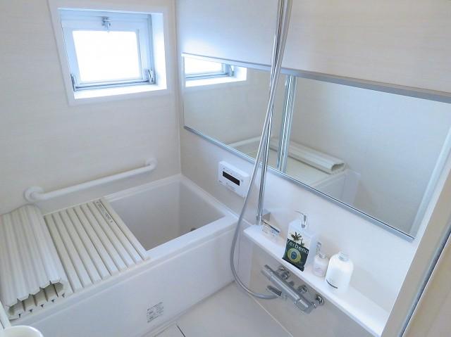 ハイネス大久保 窓のある明るいバスルーム