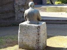 ニューハイツ大森 モーリス博士像の後ろ姿