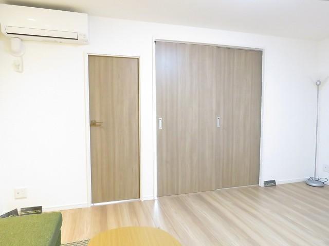 山王スカイマンション 洋室と収納扉