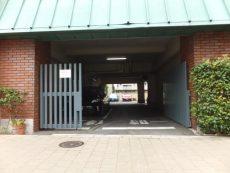 白金台グロリアハイツ 駐車場入り口