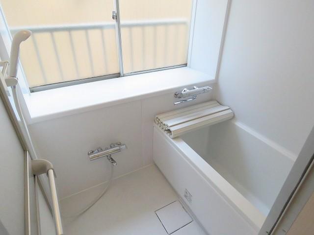 ファムール目黒 窓のあるバスルーム
