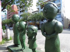 ライオンズマンション桜新町 サザエさん一家銅像
