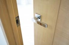 セブン築地 5.0帖洋室のドア