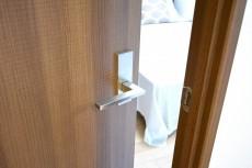 アルテール新宿 4.8帖洋室のドア