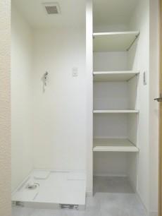 シャトー赤坂 洗濯機置場と収納棚