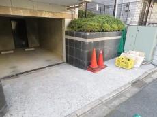 マイキャッスル用賀ヒルズ ゴミ置き場と駐車場