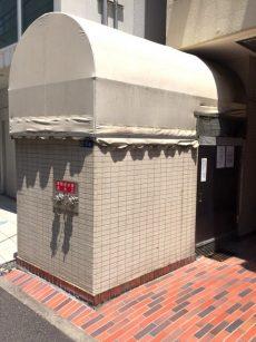 ラインコーポ箱崎 (7)-2 建物入口左手にゴミ置き場があります