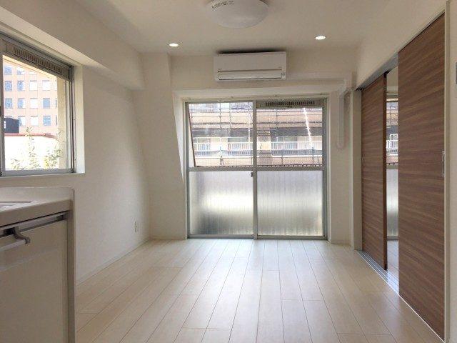 ラインコーポ箱崎 (20) こちらがリビングルーム とても明るので畳数以上に広く感じますね