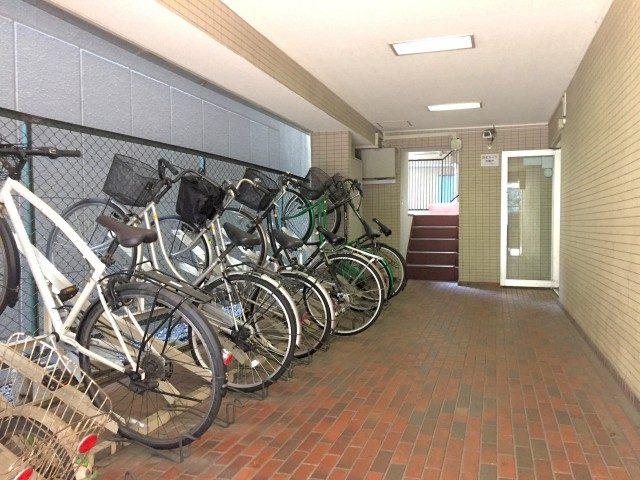 ラインコーポ箱崎 (8) エントランスホールへ向かう左手が自転車置場となってます