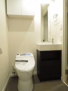 エバーグリーンパレス新宿 トイレと洗面化粧台