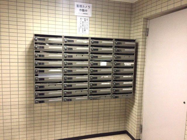 ラインコーポ箱崎 (10) 扉を入るとすぐの場所にメールBOXがあります