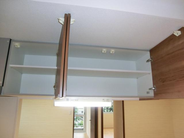 牛込中央マンション キッチン上部の吊戸棚 耐震ラッチ付