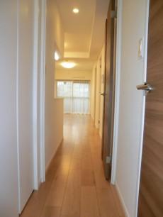 薬王寺ニューハイツ 玄関からリビングへ向かう廊下