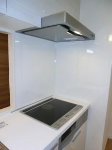 薬王寺ニューハイツ ホワイトが明るい印象のキッチン