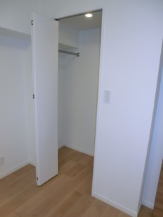 薬王寺ニューハイツ ウォークインクローゼットは左右に収納スペース