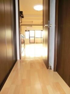 廊下の奥はリビングキッチン~洋室です