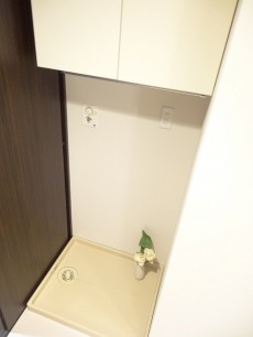 上に棚がある洗濯機置場