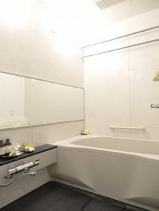 追い焚きと浴室乾燥機付きのバスルーム