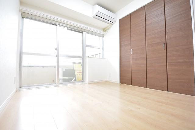 古河松原マンション 約4.1畳の洋室にはエアコン設置済♪