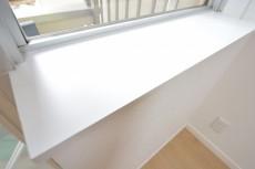 古河松原マンション 約4.1畳の洋室の窓際カウンター
