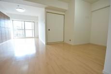 リビング内に和室の入口があります。