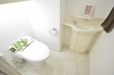 リシェ五反田スカイビュー 手洗い場とウォシュレット付きのトイレ
