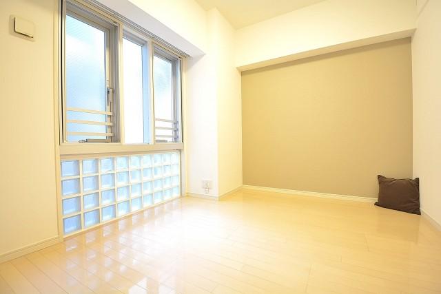 リシェ五反田スカイビュー ガラスブロックとカラークロスがおしゃれな約5.5畳の洋室