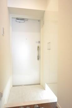 白一色の明るい玄関ホール