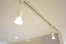 キッチン上部のライティングレール