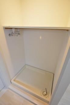 上に棚板のついた洗濯機置場