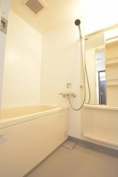 白基調の明るいバスルーム