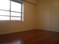 麻布狸穴ナショナルコート 玄関入り右側にある洋室です。