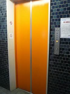 ナショナルコート 鮮やかなエレベーター